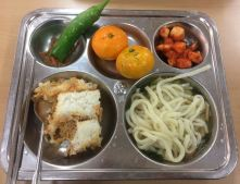 Pepper and sauce, clementine or tangerine, kimchi radish, rice mixed with tuna and vegetables, ondong soup with noodles and fish